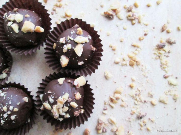 Ако и вие сте дел од обожавателите на кикиритки и чоколадо, ви предлагаме да го пробате рецептот за посни сникерс бомбици. Едноставно, лесно и без маргарин.