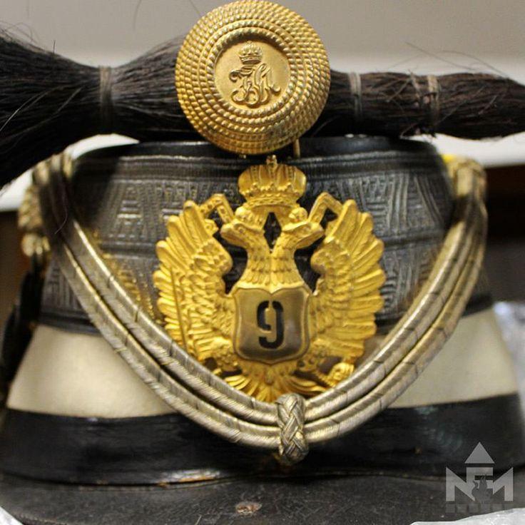 Az egyenruha, mely Európában, sőt szerte a nagyvilágban jellemzi a huszárokat, a 18. század közepén nyerte el azt a formáját, mely kisebb, néha jelentősebb változás után az I. világháború végéig meghatározza a legmagyarabb fegyvernem öltözetét.  Ehhez tartozik a csákó is. A kétfejű sas azt mutatja, hogy a kiegyezés (1867) után járunk, és a csákó viselője a császári és királyi huszárezredhez tartozik. Rangját is leolvashatjuk, százados, akit a huszároknál kapitánynak hívtak.