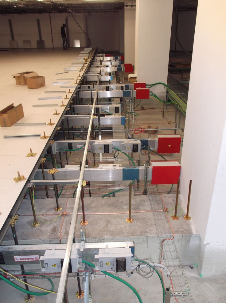 Busbar trunking system under floor in Unipol Bologna Data Center: 250 A GDA lines to feed servers 24/24h. More information on www.graziadio.it