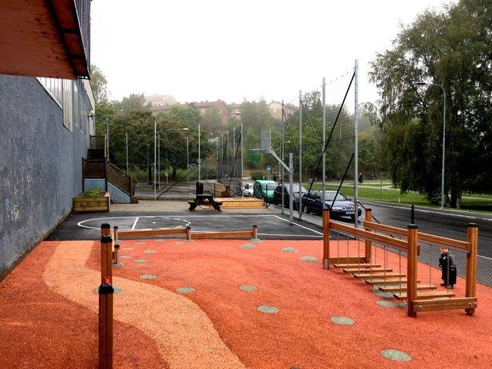 Skolgård Kulturskolan Raketen i Björkhagen. Utformad av Victor Marx.