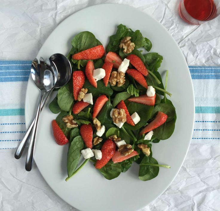 De aardbei spinazie salade heeft in de basis 4 ingrediënten zonder dressing. Makkelijk en snel te maken en nog detox proof ook.