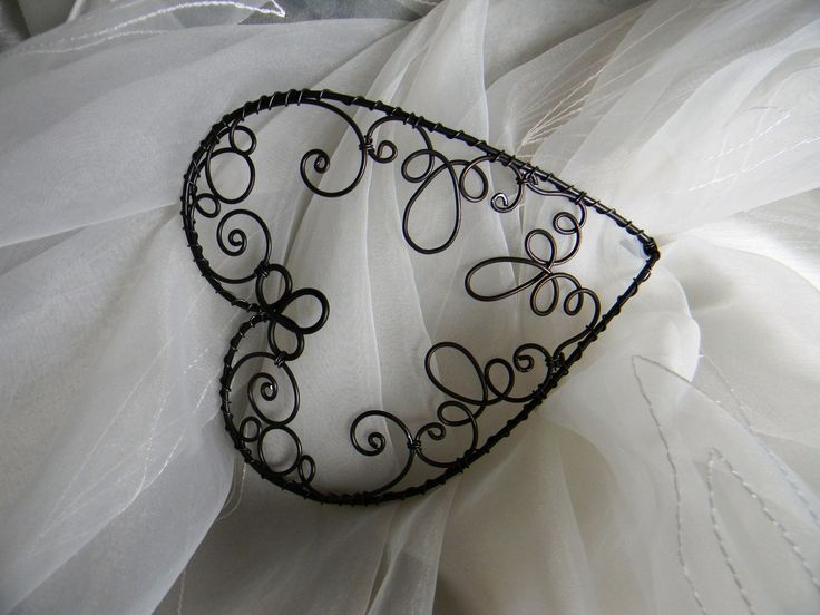 Spona na záclonu a závěsy- SRDCE Tato drátovaná spona je z 2mm a 1,4mm silného drátu. velikost srdce: 14 x 11 cm hloubka 5 cm ,délka spodní části 12 cm Spona je mírně prohlá, aby přilehla k obepnuté tkanině. I když je drát černý, tkaninu nazašpiní. Lakováno,.