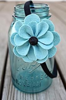 Diafrma con flor azul de fieltro