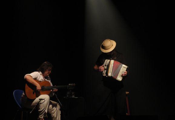 Yamandu Costa e Renato Borghetti apresentam no dia 12 de setembro, às 19h, um programa que, na sua maioria, é definido em rodas de mate ou fruto de noitadas musicais.
