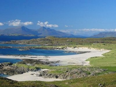 Small Isles Islandhopping, 5 dagen.  De Small Isles bestaan uit 4 eilanden van de Inner Hebrides aan de Schotse westkust. Op de Small Isles, genaamd Eigg, Canna, Rum en Muck, woont slechts een handjevol mensen. De natuur, het landschap, de vogelrijkdom en het uitzicht zijn daardoor overweldigend.    Lees meer: http://bedandtodo.nl/activiteit/17/small-isles-islandhopping