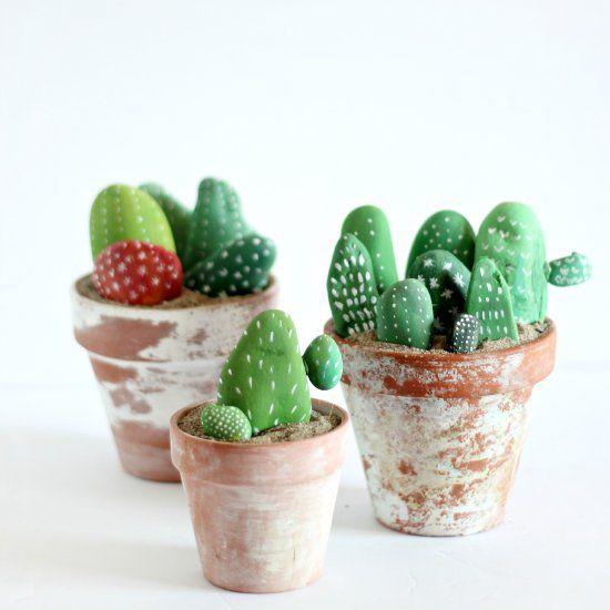 Bonitos cactus hechos con piedras pintadas DIY