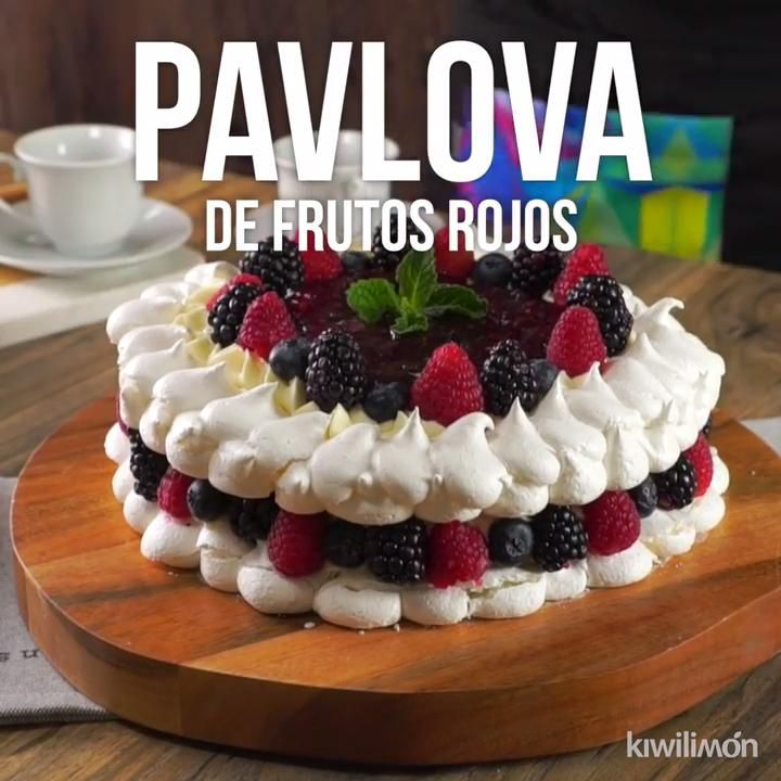 Este es un increíble postre de merengues y frutos rojos que no puedes dejar de preparar y probar con todos en casa. Es perfecto para tener un postre que luzca mucho y tenga un excelente sabor. Sweet Desserts, Sweet Recipes, Delicious Desserts, Yummy Food, Tasty, Baking Recipes, Cookie Recipes, Dessert Recipes, Rodjendanske Torte