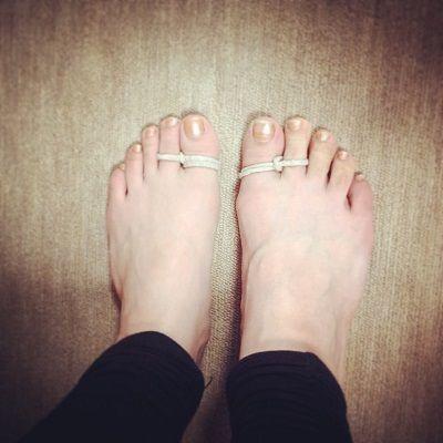 こんにちは、yuki(WEB)です。 最近私のベリーダンス仲間の間で流行っているものがありまして それがこちら 足指に髪ゴムみたいな輪っかを巻いて過ごすというもの FigWSなどで足指にゴムを巻いている私を見た方もいらっしゃると思います これ、すごいです 巻いているだけでカラダがまっすぐ!脚の内側に筋肉がついて気づけば体重が落ちているという… わたしは1月から始め、食事制限なし、お菓子も食べるで3kgくらい減りました♪ 実際にやってみてとっても良かったのでみなさんにもシェアします 用意するものは普通の髪ゴムのような輪っかになっているもの×2 まず輪っかに親指をいれて、外側に二回 回します ∞←こんな形になるようにします 私の紐は使いすぎて伸びちゃったのでw 親指に二重に巻いてます 右足は逆巻で考えてくださいね^^ それから片方を人差し指にいれて、完成~♪ レッスン中だけでもいいですが、普段からつけているとより効果が出ました 親指側に体重がのるので、自然に内側に筋肉がついて 歩きやすくなったり腰に負担がかからなくなったり、ターンやシミーがしやすくなったり♪…