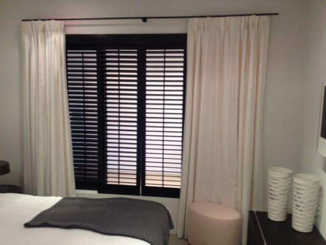 black #shutters white #curtains Zwarte #shutters witte #gordijnen by http://www.ldesigndecoratie.be/