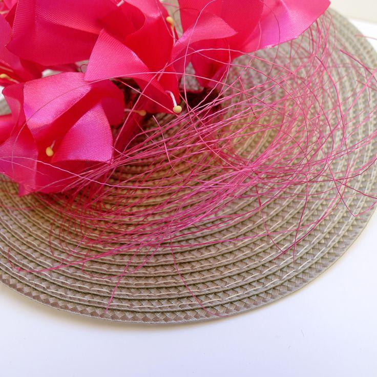 Detalle de las flores rosa fucsia con pistilos amarillos.