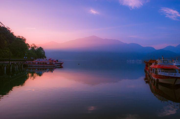 台湾にある日月潭という湖の朝焼けです。<br /> 朝靄で有名な場所だそうです。<br /> 有名なだけあって、日が昇るとともに空が染まっていく様は本当に綺麗でした。