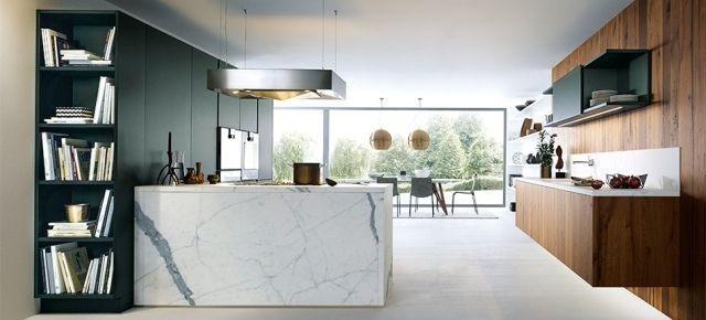 Jak wyróżnić wnętrze? Kontrasty w nowoczesnej kuchni. Kuchnia z frontami NX500 w kolorze Jaguar (zielony, satynowy lakier), z frontami NC650 z dębowym fornirem i z systemem Marble Carrara effect, next125