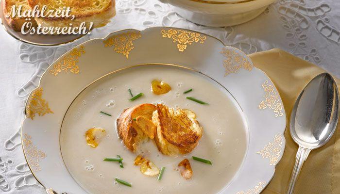 Weihnachtsmenü Vorspeise Suppe Knoblauchsuppe Weihnachten festlich essen angeröstetes Brot Schnittlauch