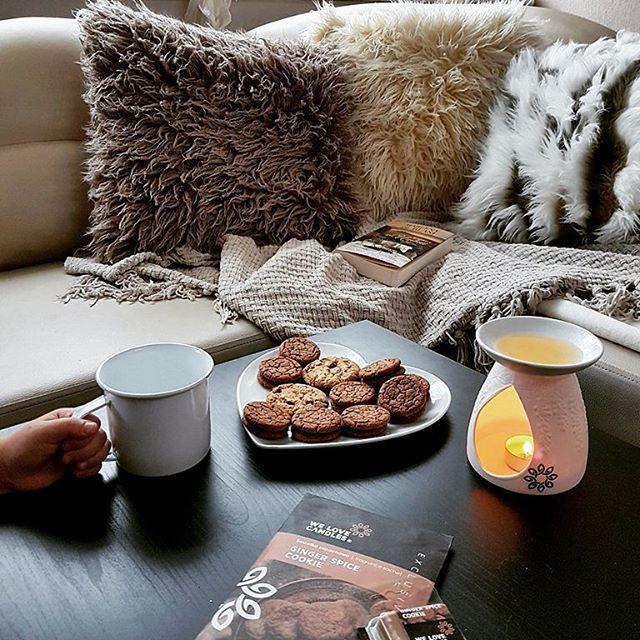 Weekend... it is time to start it   Czas zacząć weekend   @janki.home    #cushion #fur #pillow #warm #cozy #homedesign #sofa #autumn #cookie #homescent #soywax #candles  #welovebeds #welovecandles #madeinpoland #poduszkadekoracyjna #jesień #futerko #polskiprodukt #wosk #soja