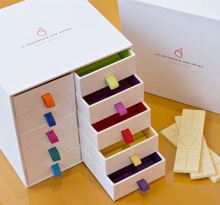 Gamme Chocolat - La pâtisserie des rêves COFFRET - Retrouvez les souvenirs gourmands de 9 chocolatiers du monde et de Philippe Conticini, Chef Pâtissier à travers ce coffret d'exception composé des 10 mini-tablettes, imaginé comme une boîte à secrets…