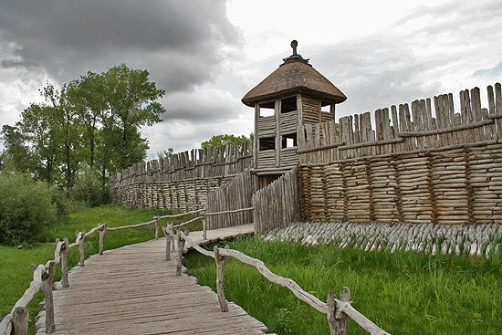 Osada w Biskupinie wiąże się z kręgiem kulturowym kultury łużyckiej, trwającym od środkowej epoki brązu, od ok. XIV w. p.n.e., po wczesną epokę żelaza, czyli do ok. V w. p.n.e.
