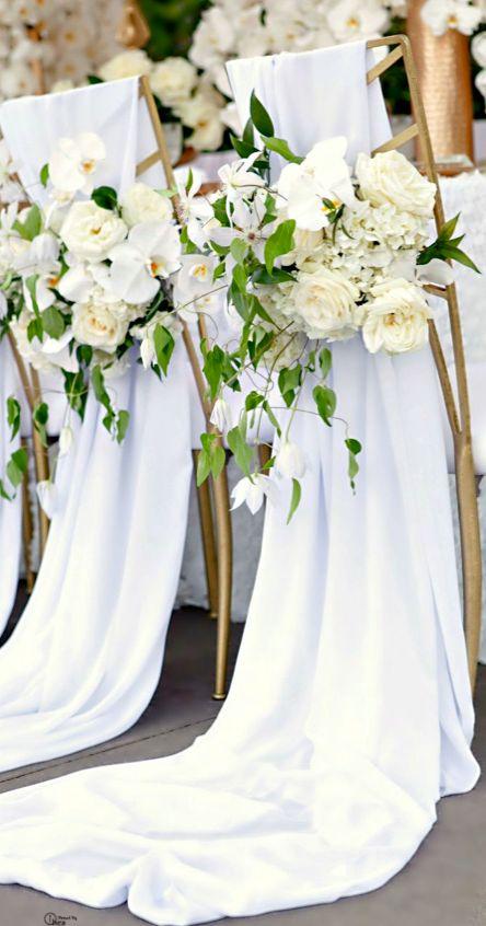 De stoelen van de bruid & bruidegom aan tafel net even anders dan de rest.