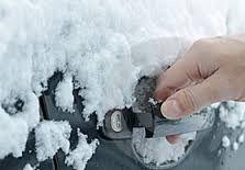 Voor de #wintersporters: smeer alle rubbers van de autodeuren in met talkpoeder, siliconenspray of vaseline. Zo #vriezen ze niet vast! Meer tips? www.hulpstudent.nl