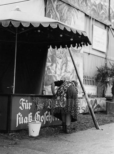 Frau auf der Wiesn, 50er Jahre Stöhr/Timeline Images #black #white #schwarz #weiß #Fotografie #photography #historisch #historical #traditional #traditionell #retro #vintage #nostalgic #Nostalgie #München #Munich #50er #1950er #Stimmung #Atmosphäre #Wiesn #Oktoberfest #Stand #Abbau #leer #vorbei #Ende #Standabbau #Frau