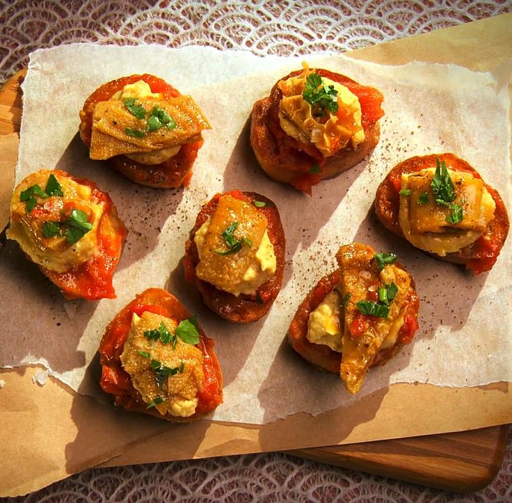 Pan con tomate, purée de pois chiches et tripes