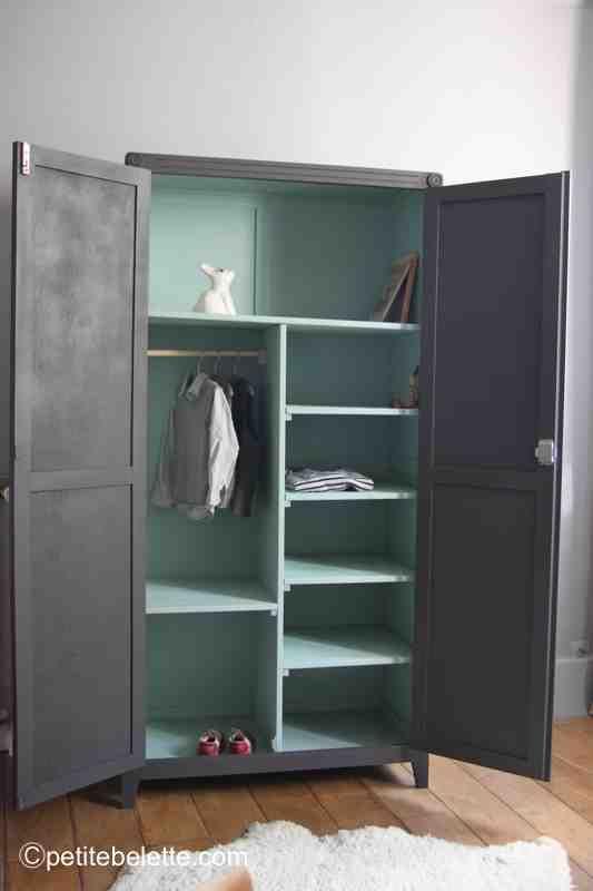 armoires parisiennes aménagées avec étagères et tringle à vêtements