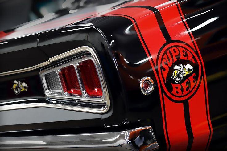 Depuis déjà plusieurs années, les divisions de GM se livraient une rivalité fraternelle qui était très apprécié de leur public. Cependant pour les deux divisions MOPAR, Dodge et Plymouth, ce ne fut qu'en 1968 que l'on vit apparaitre ce genre de compétition. Le dénouement nous donna la Dodge Super Bee, le concurrent direct du Road Runner de Plymouth. Bien qu'elle était considérée comme muscle car à petit budget, elle n'atteignit jamais le succès du Road Runner. Après la mise en marché du Road…