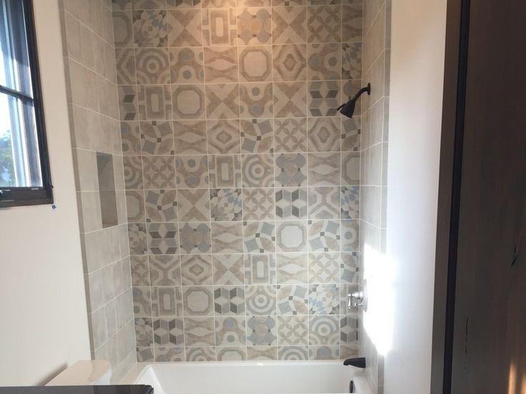 carrelage salle de bains carreaux ciment patchwork petites ou grandes dalles pour agrandir la. Black Bedroom Furniture Sets. Home Design Ideas