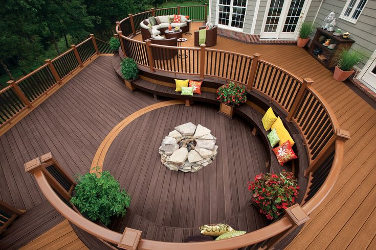 Transitonal decking and a fire pit. I like the cirve, you sit both outdoor and still your home is embracing you as if it wants to protect you from a wind.