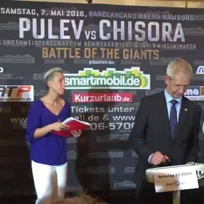 Bei Minute 3:37 bitte genau hinsehen: Ein Fan von Kubrat Pulev attackiert Box-Schwergewicht Dereck #Chisora mit einer Wasserflasche!  Der Brite ist danach nicht mehr zu halten...