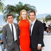 Festival de Cine de Cannes 2012  Fabulosos a cada edad. La actriz Nicole Kidman flanqueada por los elegantes actores Zac Efron y Matthew McConaughey.