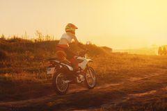 Motociclista nel tramonto, motociclo femminile della donna Fotografia Stock Libera da Diritti