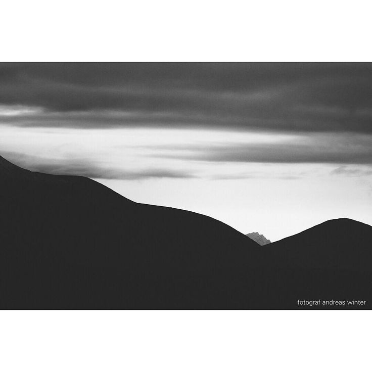 Many things are clarified only by the passage of time. #anseladams #landskap #landscape #nature #scenery #mountains #bw #bnw #svarthvitt #canon #1dx #simplicity #minimalist