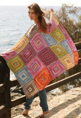 Dette farvestrålende tæppe er retstrikket og helt perfekt til at lune sig med en kølig sommeraften
