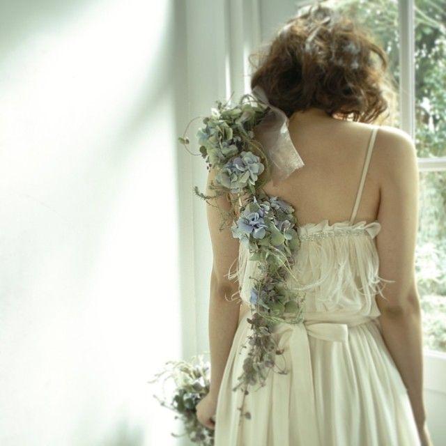 花嫁さんの肩からお花をかけたショルダーブーケが斬新で素敵 | marry[マリー]