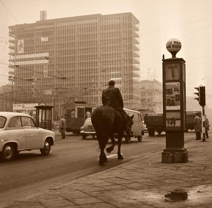 Universal i Rotunda w budowie, skrzyżowanie al. Jerozolimskich oraz ul. Marszałkowskiej. Połowa lat 60.  fot. NAC/Lech Zielaskowski