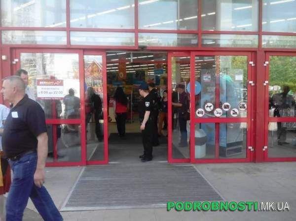 """В Николаеве поступило сообщение о заминировании супермаркета """"Эльдорадо""""  http://novosti-mk.org/events/5726-v-nikolaeve-postupilo-soobschenie-o-zaminirovanii-supermarketa-eldorado.html  Супермаркет электроники """"Эльдорадо"""" и продуктовый гипермаркет """"Велмарт"""", которые расположены в Николаеве возле рынка Колос, временно не работают - полиция получила сигнал о заминировании.  #Николаев #Nikolaev {{AutoHashTags}}"""