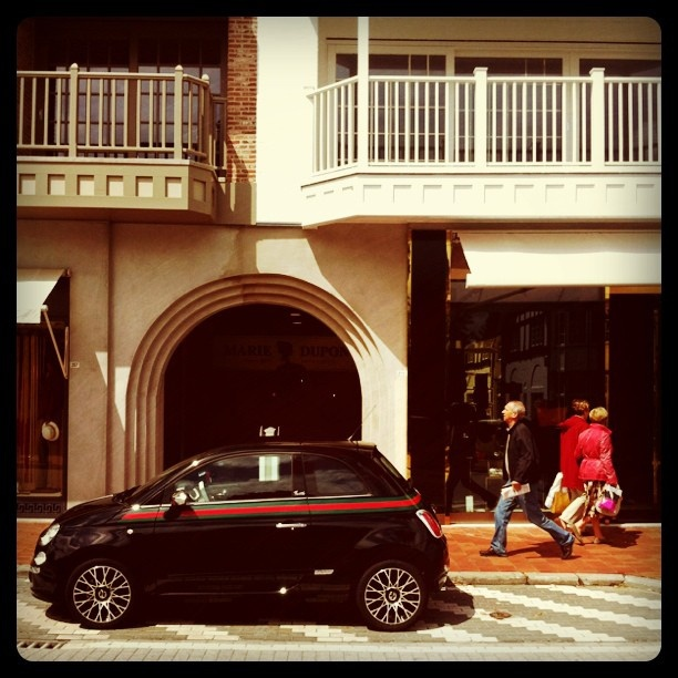 Fiat 500 Gucci in Front of a Gucci Store    Credits: http://www.flickr.com/photos/choubistar/5964035882/