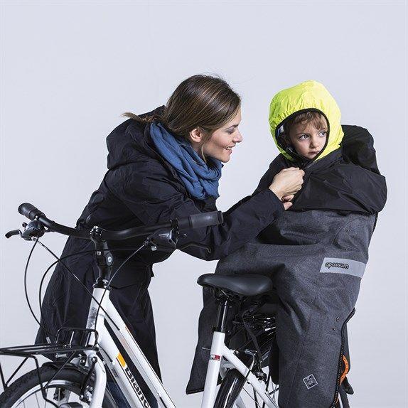 Compatibile con i seggiolini posteriori da bicicletta più diffusi sul mercato, Opossum è stato inventato da una madre per la figlia; e dopo aver vinto il Cosmo Bike Tech Award 2015 come miglior prodotto kid, è stato perfezionato e brevettato da Tucano Urbano