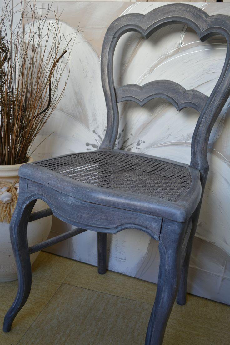 Cette chaise ancienne cannée en chêne en très bon état saura vous charmer par sa belle patine cuir brûlée effet vieilli usé finition cire. A retrouver sur les Patines d'agathe le bois d'autrefois