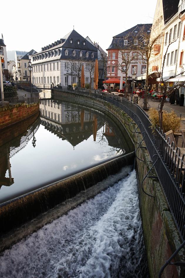 """Bach """"Leuk"""" stürzt als Wasserfall in der Alsttadt Saarburgs 18 Meter in die Tiefe"""