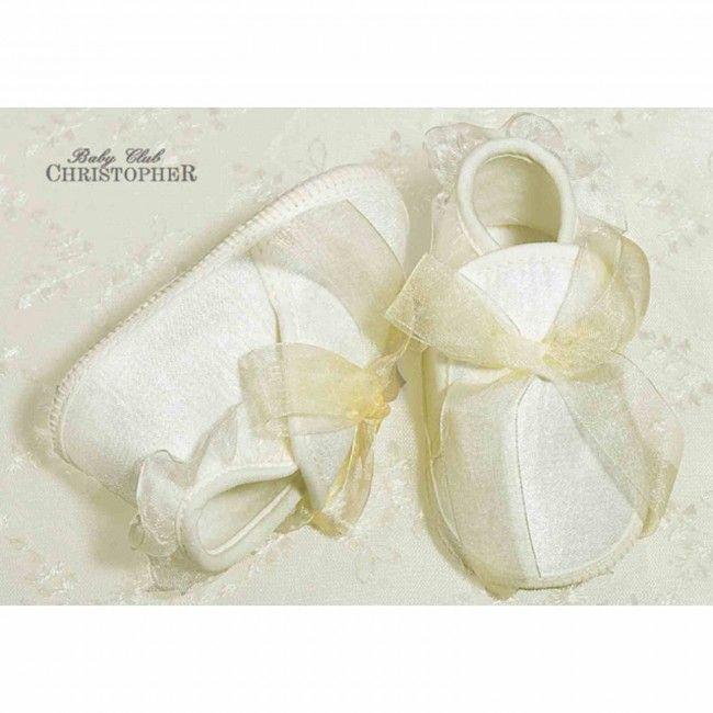 Ocieplane buciki, które ozdobiono falbanką i kokardką do zimowego #ubranka do #chrztu. Wygodne do założenia, praktyczne, a do tego śliczne!