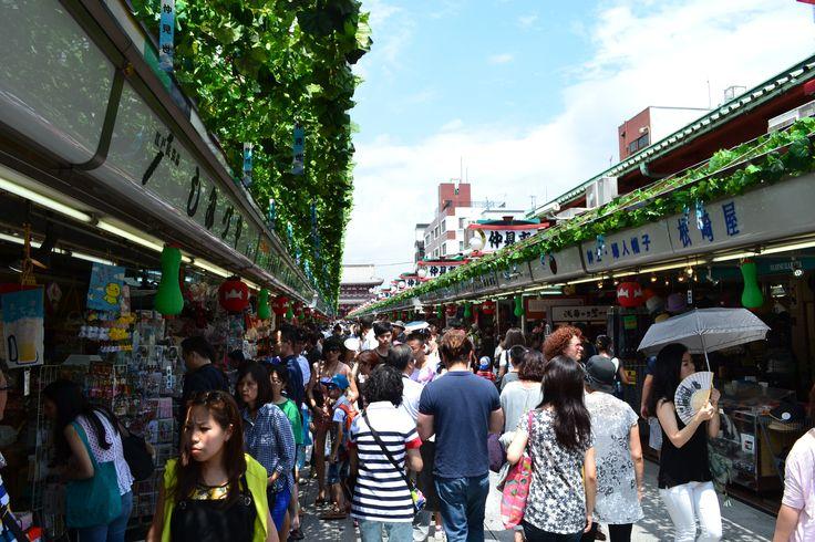 Marktstraße vor dem Sensō-ji #Tempel in #Tokyo | #Japan http://www.funkloch.me/senso-ji-tempel-in-tokyo-japan-asientrip/ #asientrip