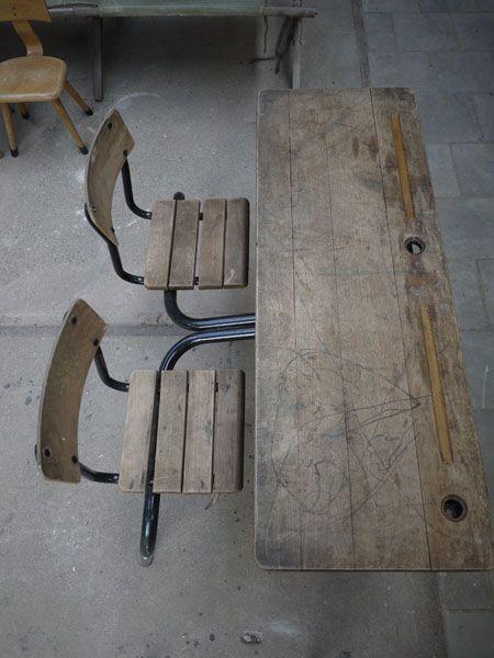 Een superleuk, oud, dubbel schoolbankje met vaste stoeltjes in de originele houten kleur en zwart metalen frame. Kijk ook eens op onze website voor meer kindermeubilair www.grijsengroen.nl of volg ons op Facebook.