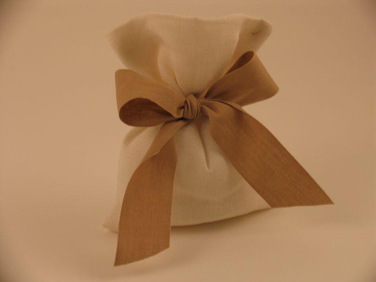 Bomboniera in lino con nastro in cotone.