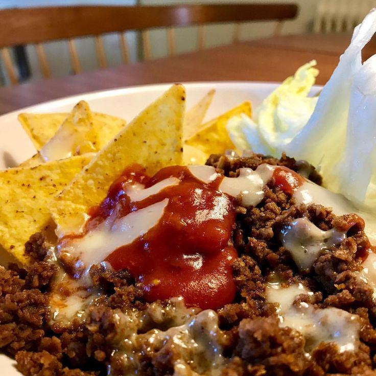 ett ihopplock av helgens rester kan bli till en fest. Så glöm inte att titta vad ni har i kylen därhemma, det kan vara en snabb väg! 🌮 … Recept: Fyll ett fat med tortilla-chips, sojafärs & ost. Värm i micron 1 min. Toppa med sallad & tacosås. voilà! … #vegetarisk #nachos #nacho #köttfärs #nötfärs #kycklingfärs #tacos #macrofriendly #kvarg créme fraîche MyRecipe fakeaway fastfood