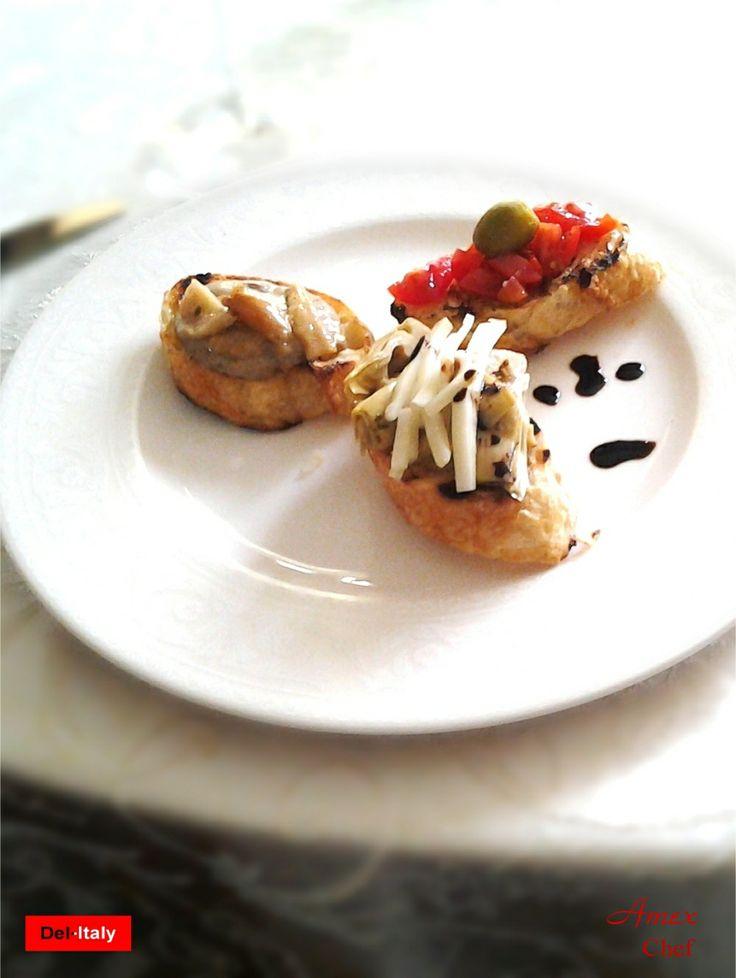 Tris di bruschette con baguette tostata, una classica con aglio raschiato sul pane caldo, pomodorini, olio evo, con crema di porcini e porcini trifolati, ed un'altra con carciofi grigliati, bastoncini di pecorino toscano dop e qualche goccia di crema di aceto balsamico di Modena agusto di fichi.