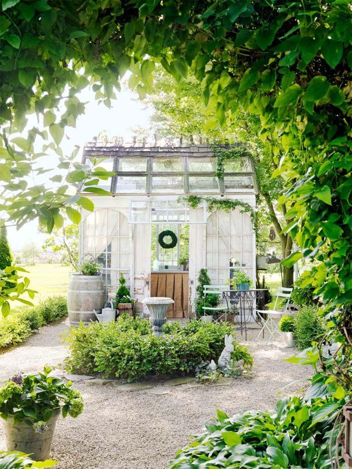 Keltainen talo rannalla: puutarha