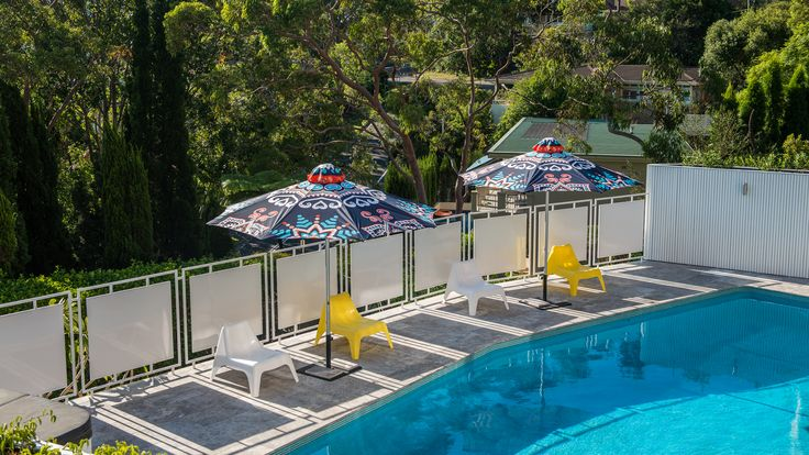 Mid-century pool area gets a pop of colour with these exquisite custom outdoor umbrellas from Duchess & Deco.  #duchessanddeco #customoutdoorumbrella  #bespokeoutdoorumbrella #designeroutdoorumbrella