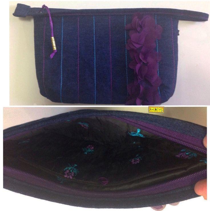 D I A • D A S • M Ã E S • 2 0 1 6   Jeans + Roxo:  Nécessaire feita de tecido jeans com aplicação de flores de seda roxas e forro de seda preta bordada.  Tamanho: 19x28cm.      arteestiloartesanato.wix.com/site