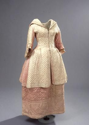 Skirt and Caraco,ca. 1775, Denmark, jersey, quilted silk. The skirt has a wide pattern and two pearl buttons. The lining is of white silk. The Caraco is fastened at the waist. The sleeves have ruffles. Silk Lining along the front of the jacket and in the hood. The jacket is closed at the chest with 5 hooks and eyes. (c) NATMUS DK